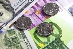 Acuñe una rublo y el europeo y la moneda de los E.E.U.U. fotografía de archivo