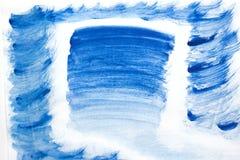 Acuarela azul del chapoteo del color pintada a mano en el fondo blanco, la decoración artística o el fondo Foto de archivo