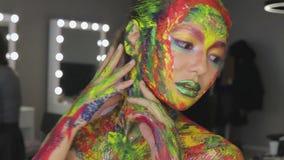 Acuarela del maquillaje del arte de la muchacha almacen de metraje de vídeo