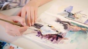 Acuarela femenina de la mano del sketchbook de la pintura del artista almacen de metraje de vídeo