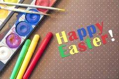 Acuarelas y marcadores y cepillos coloridos con el espacio de la copia Fotografía de archivo