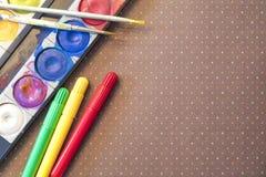 Acuarelas y marcadores y cepillos coloridos con el espacio de la copia Fotos de archivo libres de regalías