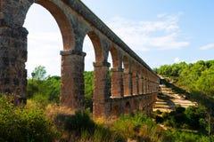 Acueducto antiguo en día soleado Tarragona Imagen de archivo libre de regalías