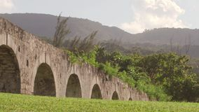 Acueducto antiguo Montego Bay, Jamaica - situada a lo largo de orillas jamaicanas entre las montañas azules majestuosas y el mar  almacen de video