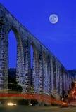 Acueducto con la luna imagen de archivo