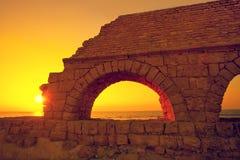 Acueducto en la ciudad antigua Caesarea en la puesta del sol Fotos de archivo