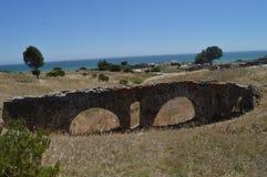Acueducto en Roman City Baelo Claudia Dating en del siglo II la playa A.C. de Bolonia en Tarifa Naturaleza, arquitectura, histori imagen de archivo libre de regalías