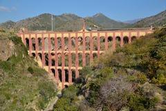 Acueducto viejo en Nerja fotos de archivo
