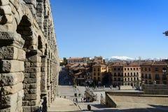 Acueducto y cuadrado panorámicos Azoguejo de Segovia Foto de archivo libre de regalías