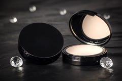Acuerdo abierto del polvo del maquillaje con el fondo negro imágenes de archivo libres de regalías