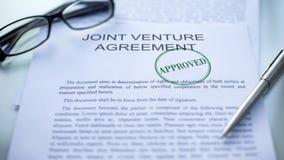 Acuerdo conjunto aprobado, sello sellado en el documento oficial, negocio imágenes de archivo libres de regalías