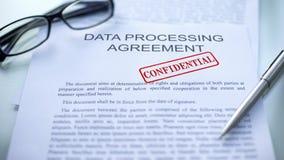 Acuerdo de proceso de datos confidencial, sello sellado en el documento oficial, cierre imágenes de archivo libres de regalías