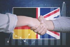Acuerdo del negocio con la bandera inglesa y alemana Fotografía de archivo libre de regalías