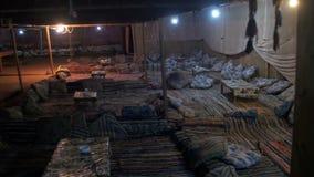 Acuerdos beduinos en el desierto egipcio en la noche Casa tradicional del berber almacen de video