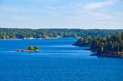 Acuerdos suecos en los islotes del archipiélago de Estocolmo en el mar Báltico, Suecia foto de archivo libre de regalías