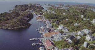 Acumulación aérea de islas con las casas entre bahía del mar almacen de video