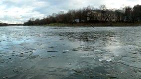 Acumule con el hielo formado en diciembre, y la ciudad metrajes