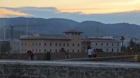 Acumule con una fuente al lado del palacio de Almudaina del La almacen de video