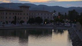Acumule con una fuente al lado del palacio de Almudaina del La almacen de metraje de vídeo