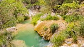 Acumule en Polilimnio en Grecia con agua verde hermosa almacen de video