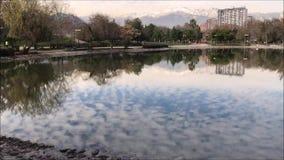 acumule en un parque en Santiago, Chile almacen de metraje de vídeo