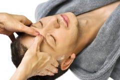 acupressure twarz dostaje mężczyzna jego łgarskiego reiki Fotografia Royalty Free