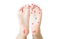 Acupressure von weiblichen Füßen Stockfotografie