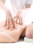Acupressurepunktmassage, eine Frau eine Massage Stockfoto