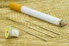 Acupunctura para parar de fumar imagem de stock