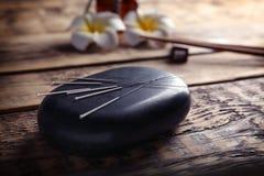 Acupunctuurnaalden met steen Stock Afbeeldingen