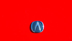 Acura-Logo auf rotem Auto Lizenzfreies Stockfoto