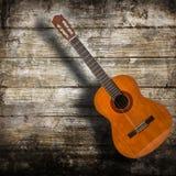 Acustic-Gitarre im hölzernen Hintergrund Stockbild