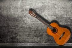 Acustic-Gitarre im Straßenhintergrund Lizenzfreie Stockbilder