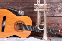 Acusticgitaar, microfoon en trompet stock fotografie