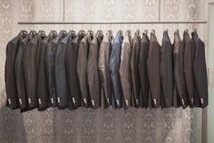 Adáptese a las chaquetas en la exhibición en Si Sposaitalia en Milán, Italia imagenes de archivo