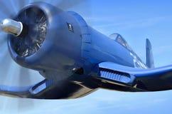 Ad aereo da caccia basato a trasportatore americano sta volando contro il cielo blu Immagini Stock Libere da Diritti