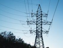 Ad alta tensione una colonna con l'attaccatura giù l'elettricità cabla Fotografia Stock Libera da Diritti