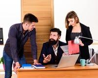 Ad hoc Sitzung Manager, die informelles Geschäftstreffen führen Leute, die große Geschäftsdiskussion im Konferenzzimmer machen stockfotografie