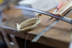 Ad un costruttore delle fiddle fotografie stock