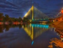 Ada brug, Belgrado - nacht romantische stemming Stock Fotografie