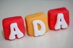 Ada-namnetikett som göras av den ätliga kakan Arkivfoto