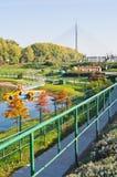 Ada See am sonnigen Morgen, am touristischen trane und an einer Kabelbrücke in einem Hintergrund Stockbilder
