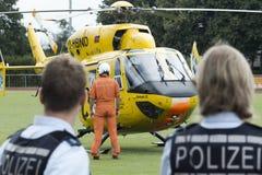 ADAC-Hubschrauber Christoph 22 in der Aktion Lizenzfreie Stockfotografie