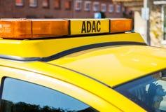 ADAC-Störungsdienstauto steht auf einer Straße Stockbilder