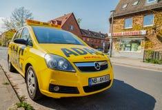 ADAC-Störungsdienstauto steht auf einer Straße Lizenzfreies Stockbild
