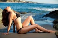 Adagiarsi di modello alla spiaggia Fotografie Stock