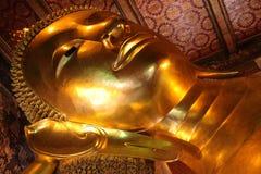 Adagiarsi dorato del Buddha Immagine Stock
