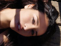Adagiarsi etnico attraente della donna del ritratto all'aperto stretto Fotografia Stock Libera da Diritti