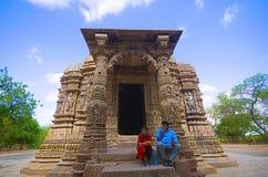 ADALAJ, GUJARAT, ΙΝΔΊΑ, τον Ιούνιο του 2017, τουρίστας στο ναό ήλιων στοκ εικόνες