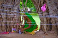 ADALAJ, GUJARAT, INDIA, giugno 2016 donna di A offre le preghiere all'albero di banyan nell'occasione promettente del tino Purnim fotografia stock